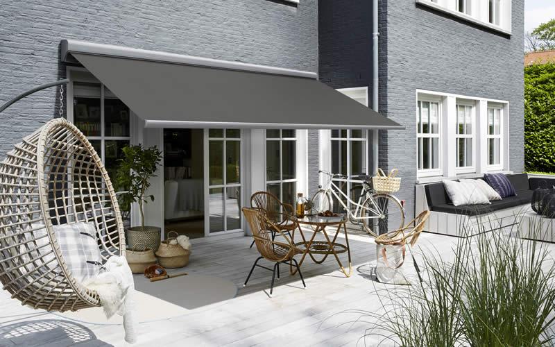 store-banne-gris-terrasse-moderne-800x500